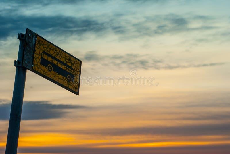 Un arrêt d'autobus sur un coucher du soleil photo stock