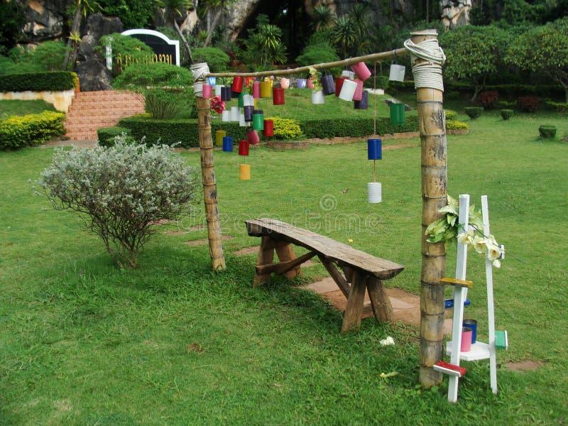 Un arrugginito può mettere sopra alcuni pali di bambù, fotografia stock