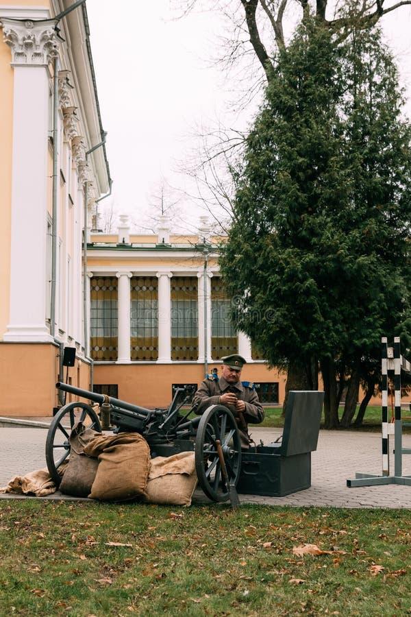 Un artilleur, une garde blanche, frais une arme à feu Gomel, Belarus photos stock