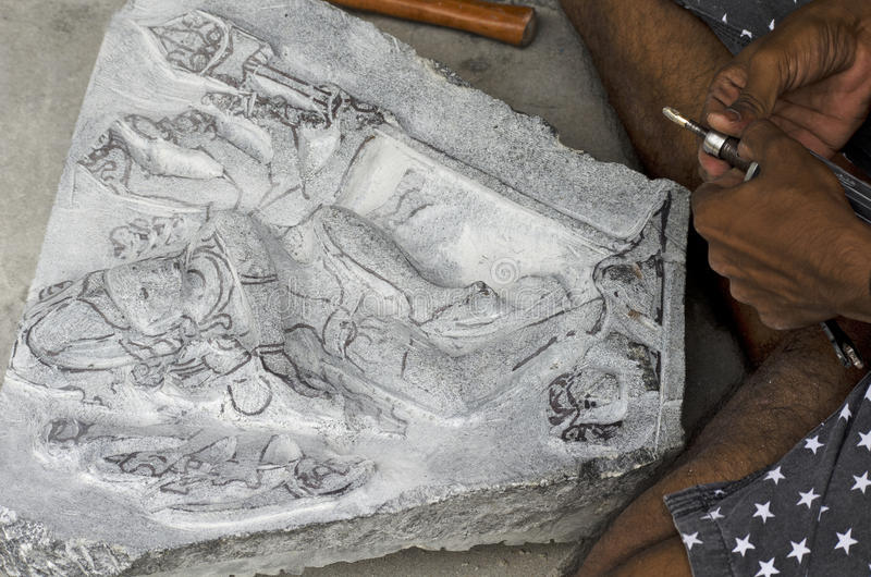 Un artista che dà i tocchi finali ad un idolo a Mahabalipuram, Tamil Nadu, India, Asia immagine stock libera da diritti