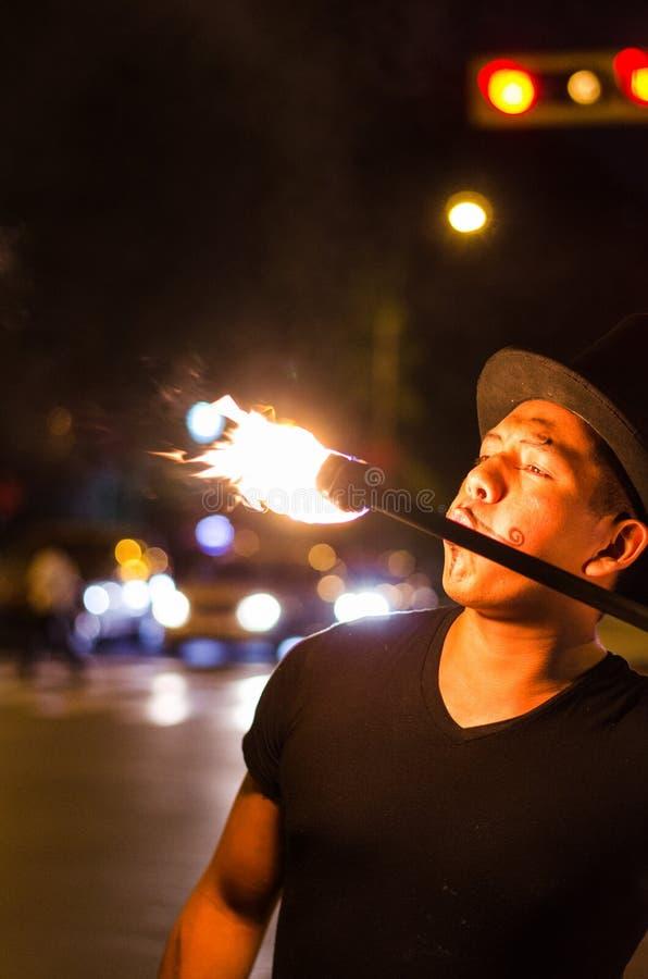 Un artista de la calle que hace una demostración en Lima - Perú, haciendo juegos malabares un palillo con el fuego en las parad imagenes de archivo