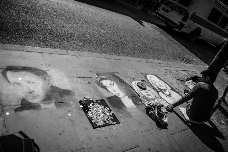 Un artiste de rue de craie à Londres photos stock