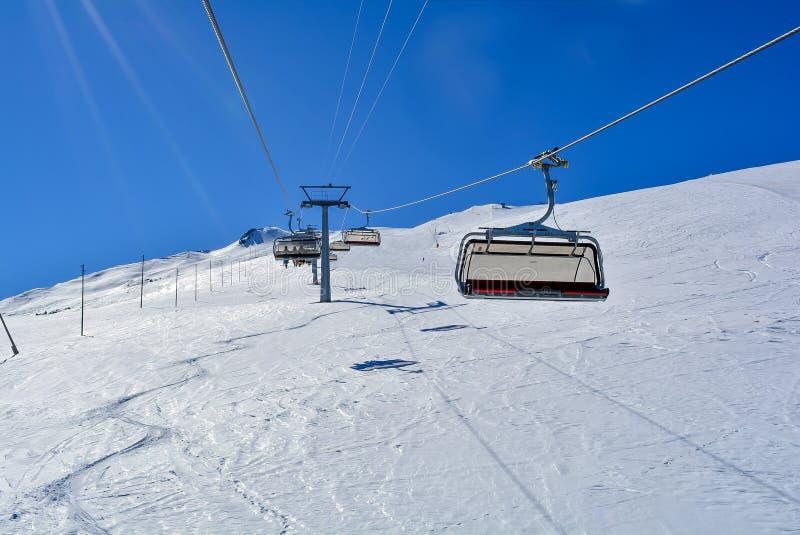 Un ascenseur de chaise dans les Alpes avec le soleil images libres de droits