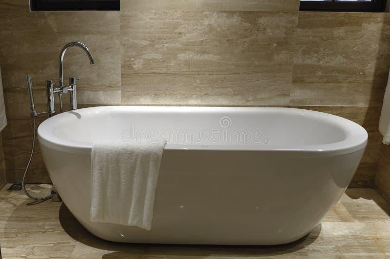 Un asciugamano appeso nella vasca fotografie stock