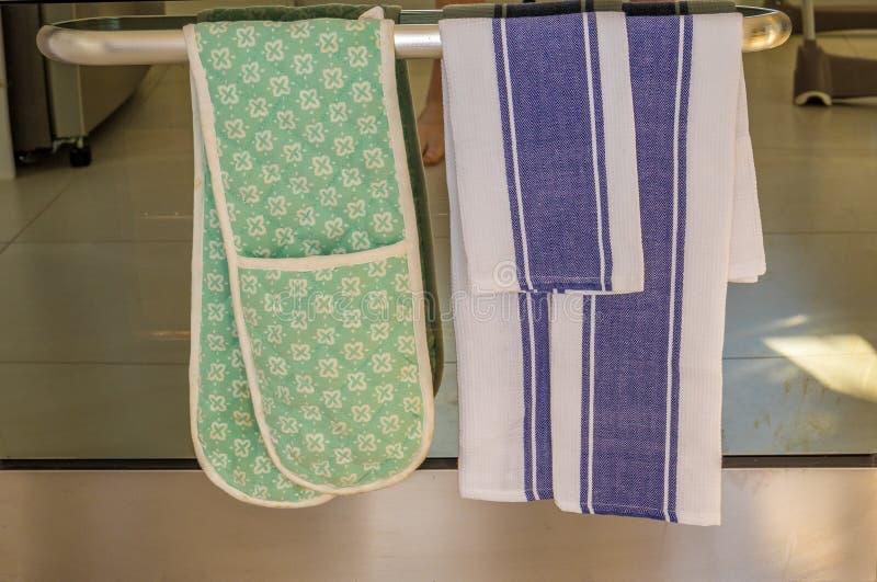 Un asciugamano di piatto e un paio dei guanti del forno fotografia stock libera da diritti