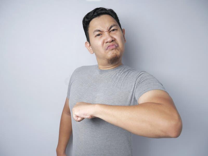 Un asiático furioso se señala orgullosamente fotografía de archivo libre de regalías