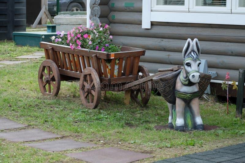 Un asino del giocattolo con il carretto di legno immagini stock libere da diritti