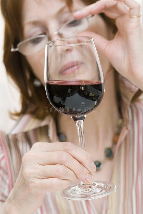 Un assaggio di vino fotografia stock libera da diritti
