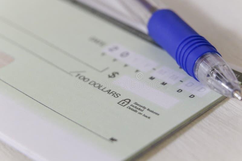 Un assegno personale in bianco con una penna immagine stock
