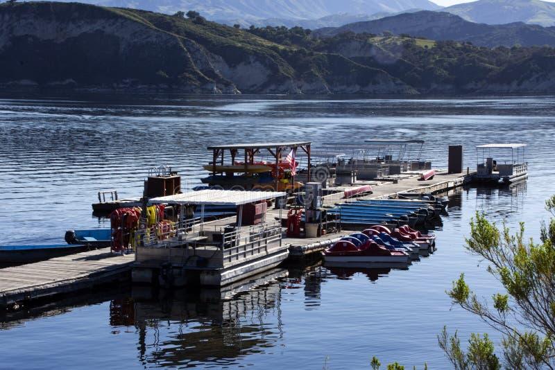 Un assortiment de bateaux pour le loyer au lac Cachuma, Santa Barbara County photo stock