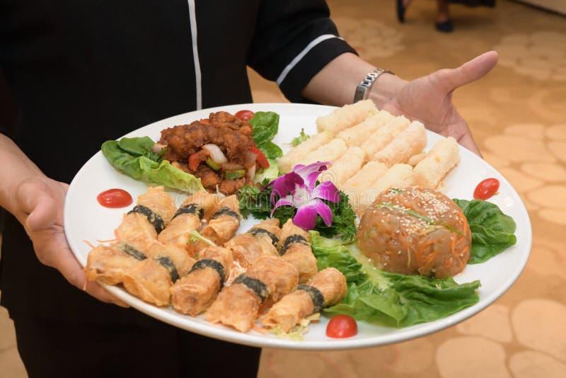 Un assortiment de viandes et de petits pains à viande avec des légumes comme décoration sur une assiette photographie stock libre de droits