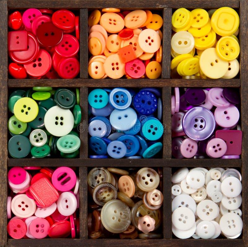 Un assortiment des boutons a arrangé par couleur photo stock