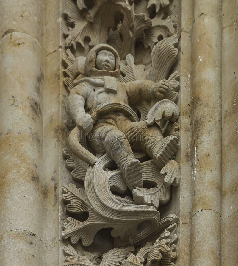 Un astronauta en la fachada de la catedral fotos de archivo libres de regalías