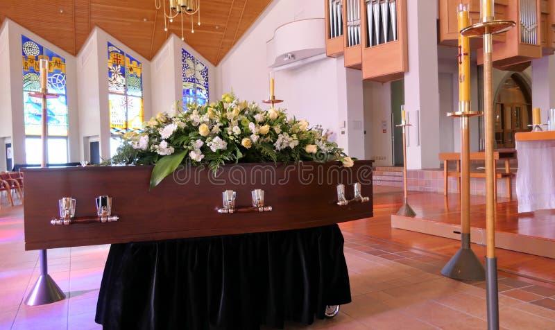 Un ataúd colorido en un coche fúnebre o capilla antes del entierro o del entierro en el cementerio foto de archivo libre de regalías