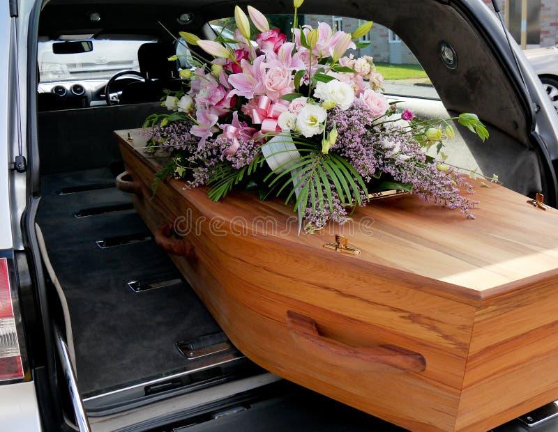 Un ataúd colorido en un coche fúnebre o iglesia antes del entierro imagen de archivo