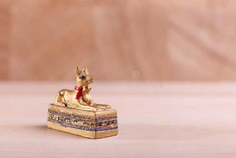 Un ataúd de oro bajo la forma de perro fotos de archivo libres de regalías