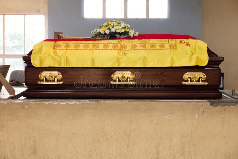 Un ataúd marrón en los funerales de un chino tradicional fotografía de archivo libre de regalías
