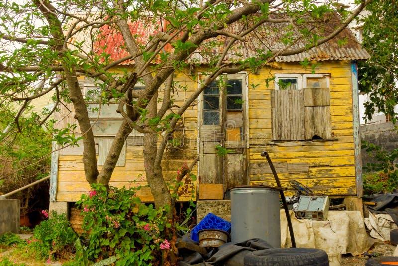 Un atelier de réparations extérieur de pneu dans les îles au vent images libres de droits