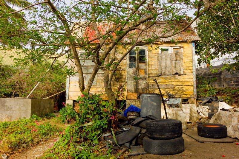 Un atelier de réparations extérieur de pneu dans les îles au vent photo libre de droits