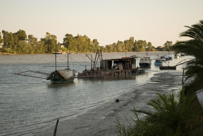 Un atelier mécanique antique pour des bateaux, sur la rivière, dans le del Rio de corions dans la province de séville, l'Espagne images libres de droits