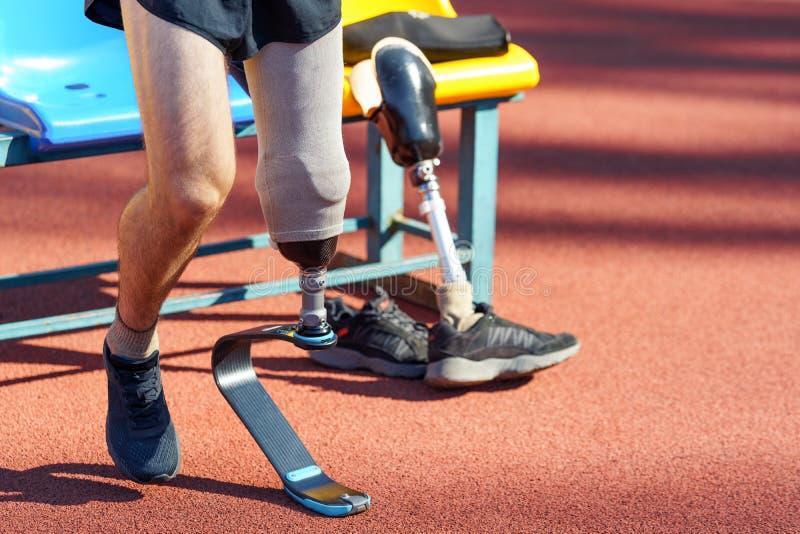Un athlète amputé se prépare pour une course Coureur à la jambe prothétique photos stock