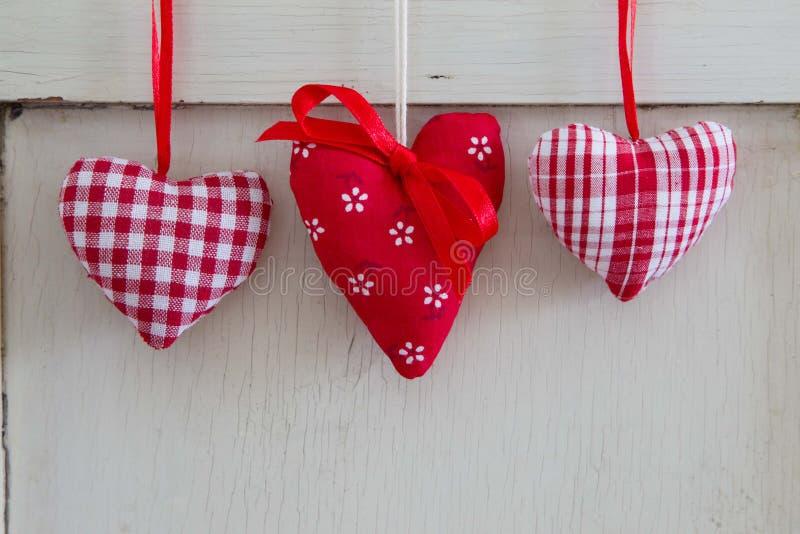 Un'attaccatura ornamentale rossa differente di tre cuori. fotografia stock libera da diritti