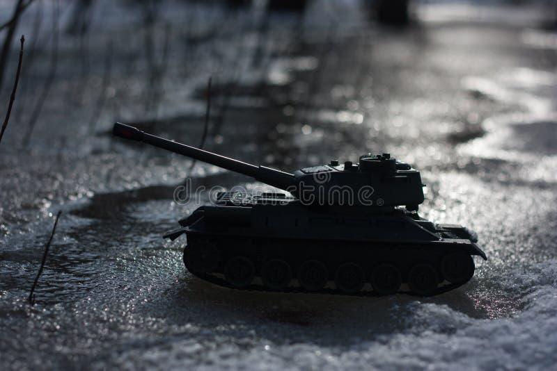 un attacco militare un carro armato del giocattolo alla notte fotografia stock