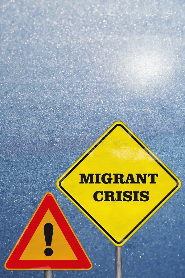 Un'attenzione dei segnali stradali e una crisi migratore sul blu fotografia stock libera da diritti