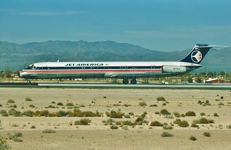 Un atterrissage de McDonnell Douglas MD-82 de lignes aériennes de l'Amérique de jet à l'aéroport de port de ciel de Phoenix après image libre de droits