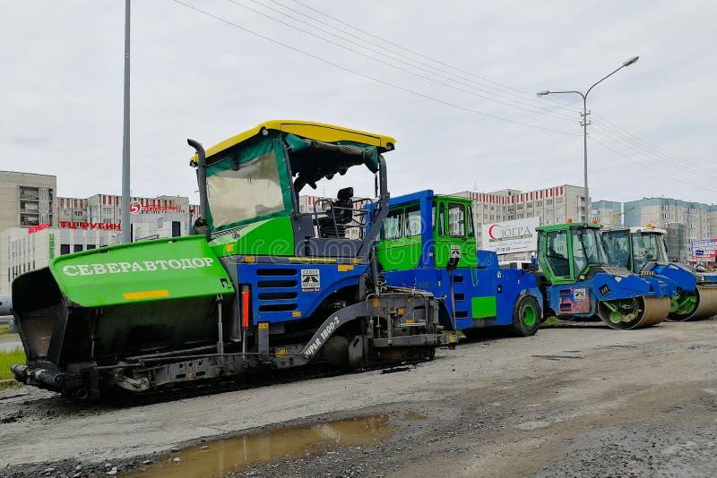 Un'attrezzatura speciale di quattro strade - rulli e lastricatore dell'asfalto immagine stock libera da diritti