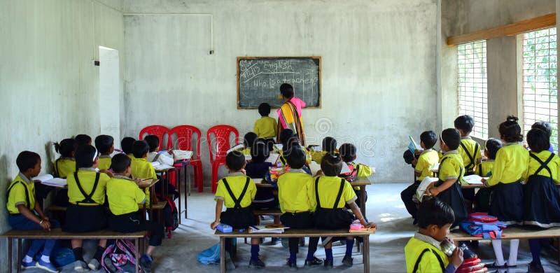 Un'aula d'istruzione dell'insegnante della donna in pieno dei bambini fotografie stock libere da diritti