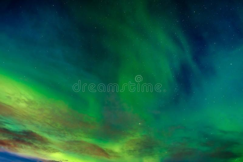Un aurora borealis verde hermoso o aurora boreal, Noruega fotos de archivo