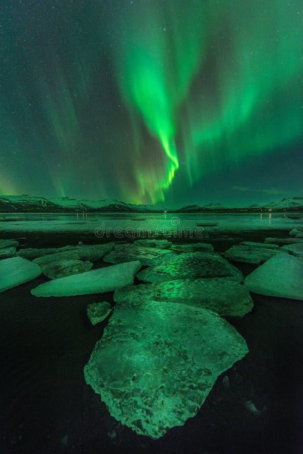 Un'aurora verde sopra la laguna di Jokulsarlon, Islanda immagini stock