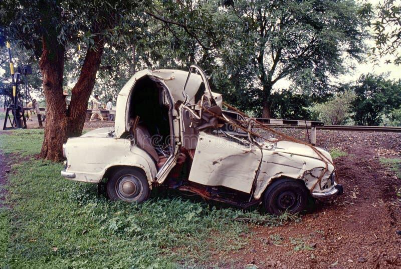 Un'auto distrutta in autostrada, India e Asia fotografie stock