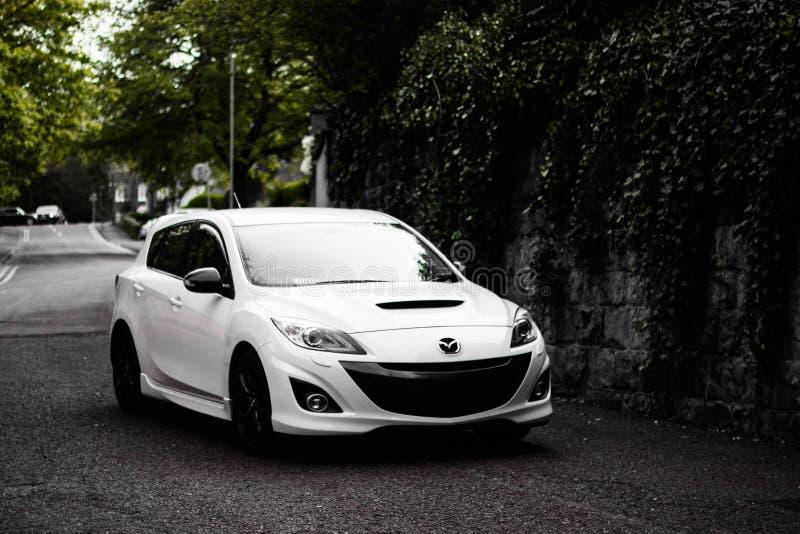 Un'auto Mazda bianca ad angolo retto parcheggiata per la strada a Wolverhampton City nel Regno Unito fotografia stock libera da diritti
