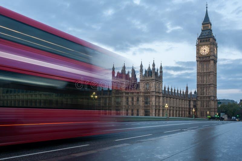 Un autobús de dos plantas cruza el puente de Westminster en Londres en la salida del sol Ningunas personas, nadie Torre iluminada fotografía de archivo