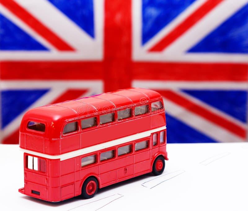 Un autobus à impériale et un drapeau rouges photo libre de droits
