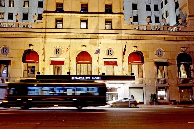 Un autobus de chariot de touristes passe l'hôtel de la Renaissance à Cleveland du centre, Ohio, Etats-Unis photo stock