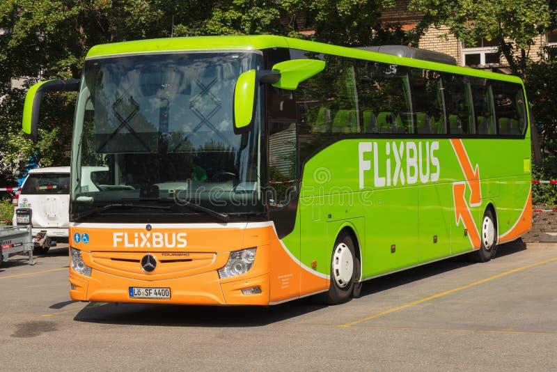 Un autobus de Flixbus dans la ville de Zurich, Suisse photographie stock libre de droits