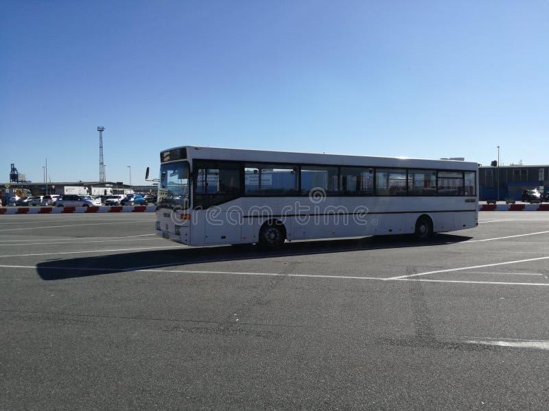 Un autobus de touristes blanc intéressant photographie stock