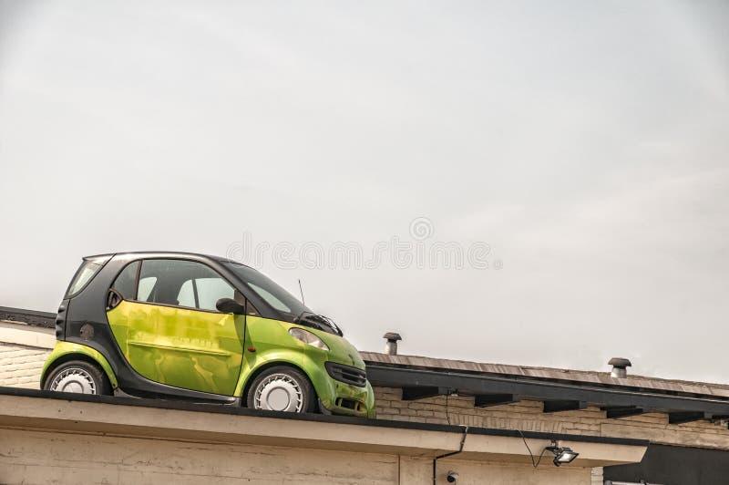 Un'automobile è parcheggiata sul tetto di una costruzione fotografia stock