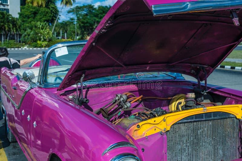 Un'automobile classica rosa in Cuba immagini stock libere da diritti