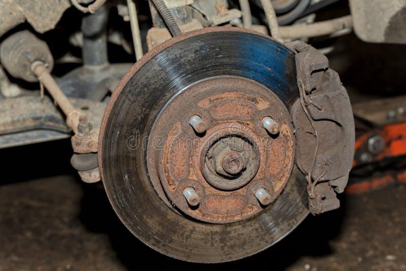 Un'automobile con la ruota anteriore cambiata dove potete vedere il disco del freno fotografie stock