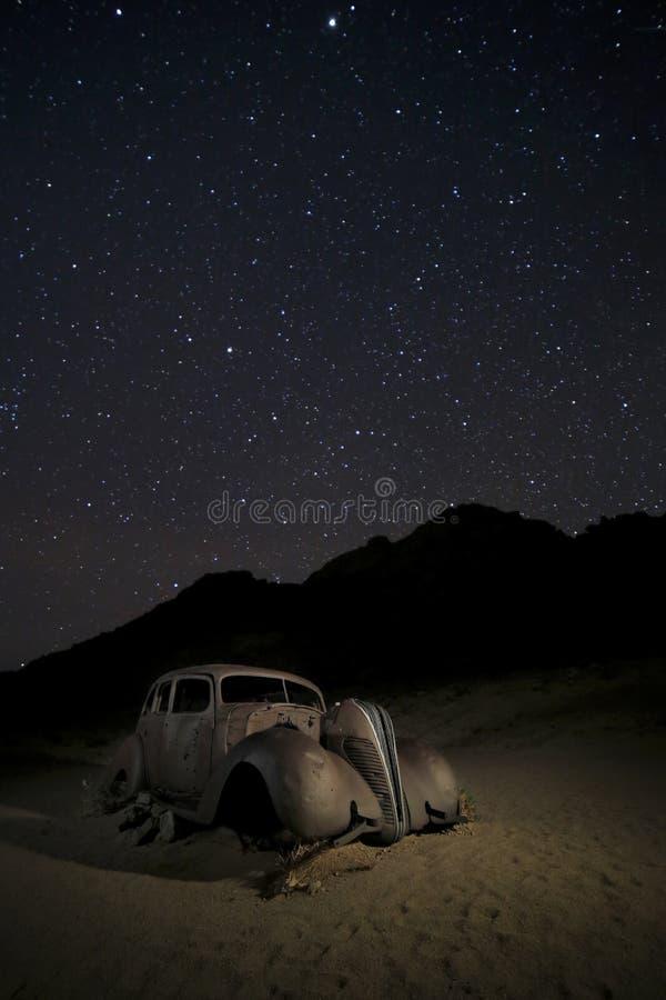 Un'automobile d'annata abbandonata nel deserto namibiano fotografia stock libera da diritti