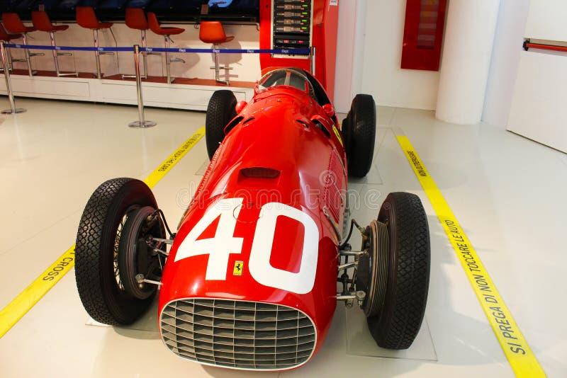 Un'automobile di formula 1 di Ferrari nel museo di Ferrari, Maranello, Italia fotografia stock