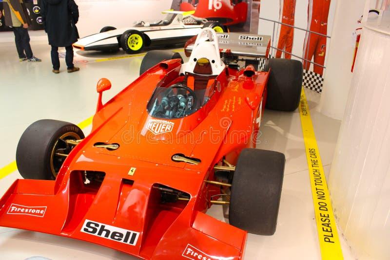 Un'automobile di formula 1 di Ferrari nel museo di Ferrari, Maranello, Italia immagini stock