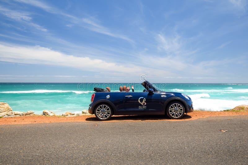 Un'automobile locativa convertibile di MINI Cooper S, di proprietà da Glen Boutique Hotel a Cape Town immagine stock libera da diritti