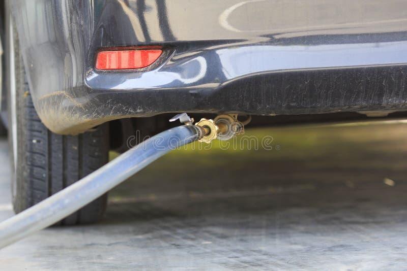 Un'automobile rifornisce di carburante il GPL economico alla stazione di servizio immagini stock