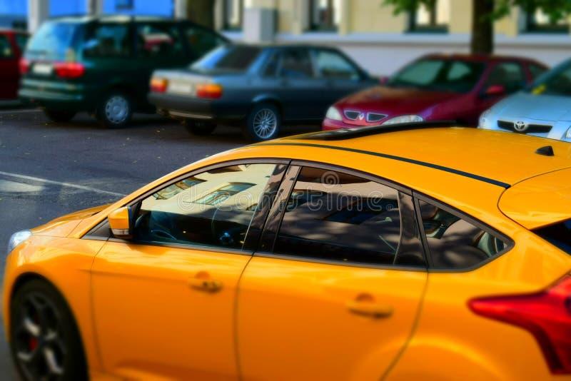 Un'automobile sportiva nella città fotografie stock libere da diritti
