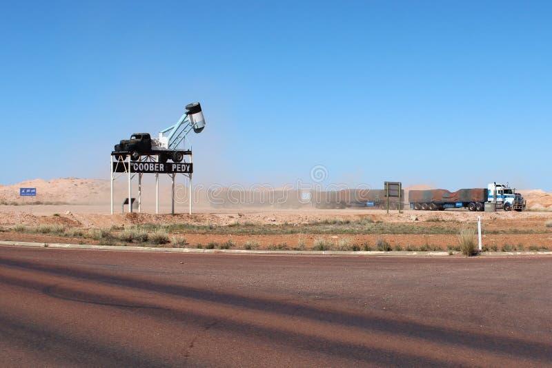 Un autotreno in un'area di riposo in Coober Pedy, Australia Meridionale fotografia stock libera da diritti
